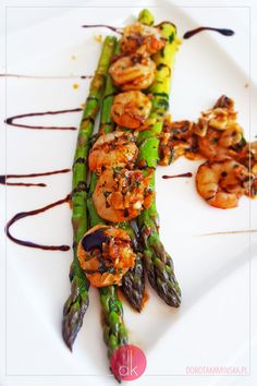 Krewetki ze szparagami - #przepis na elegancki i szybki #obiad lub romantyczna #kolacja dla dwojga. #szparagi #krewetki #przepisy #gotowanie Asparagus, Zucchini, Recipies, Food And Drink, Menu, Dinner, Vegetables, Cooking, Healthy