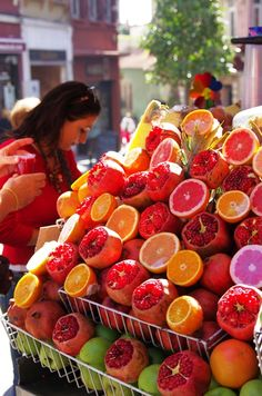 Juice Paradise, Istanbul, Turkey by Ozkur Ozkok / fresh fruit juices Fruit Stands, Pitaya, Turkish Recipes, Fruits And Vegetables, Farmers Market, Good Food, Food And Drink, Pamukkale, Cooking