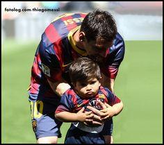 Thiaguito no Camp Nou : Olá,  Thiaguito foi ver o papai jogar no Camp Nou, e ficou bem a vontade dentro de campo, será que já está tomando gosto pela profissão?  Ótima semana à todos | thiagomessi