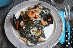 La carbonara di mare è una variante a base di pesce della famosissima e tradizionale pasta alla carbonara. Inizialmente ero un pò scettica per l'abbinamento di uova e pesce ed ero anche indecisa se ag