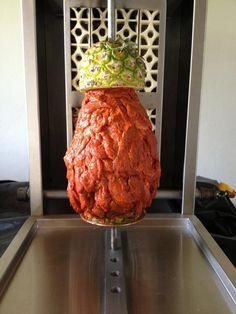 http://www.cocinaland.com/gastronomia-mexicana-tacos-al-pastor/ Los tacos al pastor nacieron en la ciudad de Puebla, como resultado de adaptar el Shawarma árabe, introducido a México por los inmigrantes libaneses durante la década de 1960. Esta variante mexicana cambió la carne de cordero por carne de cerdo y las especias con las que se marina.