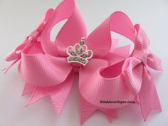 fabric bow tutorial How to make a twisted boutique hair bow with grosgrain ribbon Bow Tie Hair, Ribbon Hair Bows, Diy Hair Bows, Ribbon Flower, Diy Bow, Fabric Flowers, Fabric Bow Tutorial, Hair Bow Tutorial, Flower Tutorial
