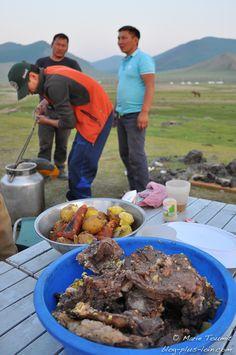 Le khorkhog de chèvre est prêt (Mongolie).
