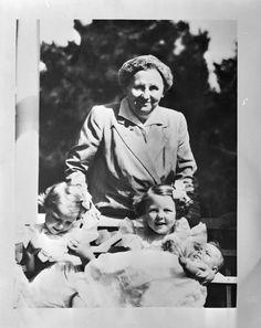 De prinsesjes Beatrix-Irene-baby's zusje Margriet en Oma Wilhelmina (NL)