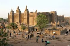 The Great Mosque in Djenné, Mali is not only the world's largest mud brick building but also a place of interest as a model of ecofriendly and sustainable architecture. Paises Da Africa, West Africa, Walled City, Islamic Architecture, Sustainable Architecture, Architecture Design, Africa Travel, World Heritage Sites, Wonders Of The World
