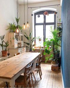 An Industrial Dining Room Style For The Stars! Elegant Dining Room, Luxury Dining Room, Dining Room Lighting, Dining Room Design, Dining Rooms, Deco Jungle, Creation Deco, Home Decor Quotes, Room Interior Design