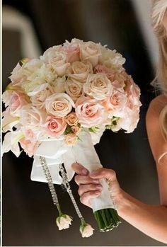 El blanco representa la pureza, los toques color rosa la inocencia. #bodas www.floremia.com.mx