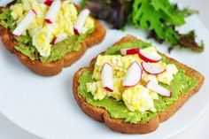 These healthy toasts with avocado, scrambled eggs and radish have recently become a staple in my breakfast selection, because they are simply perfect! Avocado Toast, Fresh Avocado, Mashed Avocado, Brownies Sains, Healthy Fats, Healthy Recipes, Desserts Sains, Le Diner, Eating Clean