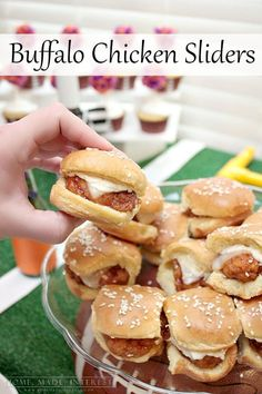 21 Make-Ahead Recipes for Your Next BBQ Make-ahead Buffalo chicken sliders are the perfect food for feeding a hungry crowd at your next football party or tailgating event! Tailgating Recipes, Tailgate Food, Make Ahead Appetizers, Appetizer Recipes, Super Bowl Essen, Tapas, Buffalo Chicken Sliders, Fingerfood Party, Mini Sandwiches