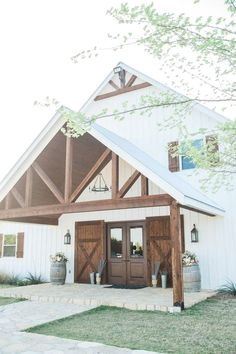 What is the first thing that comes to mind when you hear about barndominium floor plans? Based on the first combo, it is a combination style between a barn house with a condominium. A barn house is… Metal Buildings, Modern Buildings, Shop Buildings, Modern Farmhouse, Farmhouse Style, Farmhouse Design, Country Style, Farmhouse Remodel, Antique Farmhouse