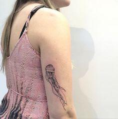 Esta medusa que fluye. | 18 Tatuajes bonitos para cualquiera a quien le encante el océano