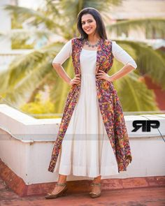 Our shrugs are the ideal method to subtly include warmth to effectively an outfit and still looking trendy. Shrug For Dresses, Indian Gowns Dresses, Linen Dresses, Kurta Designs Women, Blouse Designs, Salwar Designs, Indian Designer Outfits, Indian Outfits, Kalamkari Dresses