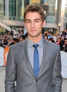 Over the years, Chace Crawford has won over a whole lot of fans thanks to his good looks and his memorable roles on shows like Gossip Girl. Celebrity Haircuts, Celebrity Look, Haircuts For Men, Celebrity News, Shows Like Gossip Girl, Gossip Girl Nate, Chace Crawford, Peace Love And Misunderstanding, Nate Archibald