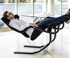 Go from working hard to hardly working while sitting on this reclining zero gravity chair.When fully reclined, its ergonomic design elevates your legs above your heart so you can experience a relaxing sense of weightlessness.