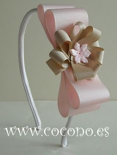 Discover thousands of images about diadema rosa,olha que amor,para a princesa. Hair Ribbons, Diy Hair Bows, Making Hair Bows, Diy Bow, Ribbon Art, Diy Ribbon, Ribbon Crafts, Ribbon Bows, Diy Headband