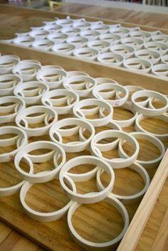 MOLDURAS PARA QUADROS E ESPELHOS     COMO FAZER:   1- Corte um cano de pvc em anéis de medida igual ( largura da moldura) .   2- Use um q...