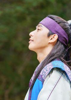 Go Ara scribbles away in Hwarang still cuts Park Seo Joon Hwarang, Park Seo Jun, Park Hyung Sik Hwarang, Park Hyung Shik, Go Ara, Best Kdrama, Korean Star, Korean Actors, Korean Drama