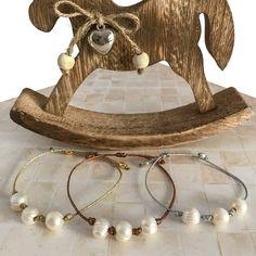 Fina y elegante pulsera de perlas cultivadas y cordón de seda. Ideales para llevar más de una, aporta un toque discreto pero no por eso menos elegante. Montadas en cordón de seda, con cierre autoregulable, en tres acabados, oro, plata y cobre.