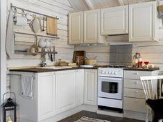 Hvordan utnytte plassen best mulig når du skal pusse opp et lite kjøkken? Tiny House, Kitchen Cabinets, Cottage, Interior, Wall, Design, Home Decor, Countryside, Textiles