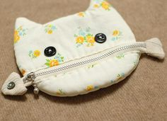 A cat is eating a fish pouch 1 - Beutel Small Sewing Projects, Diy And Crafts Sewing, Sewing Projects For Beginners, Sewing Tutorials, Sewing Patterns, Diy Crafts, Decor Crafts, Paper Crafts, Cat Bag
