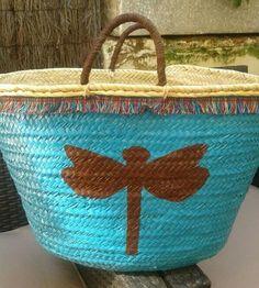 Capazo de playa pintado a mano. Perfecto para llevar lo que quieras a la playa, para ir a hacer la compra, etc... Lace Bag, Hippie Bags, Ibiza Fashion, Jute Bags, Basket Bag, Beach Basket, Summer Bags, Artisanal, Straw Bag