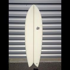 Model : B-52. 5'11x20.8x2.6.  Shape: Twin avec double concave entre les Keel Fins   Commentaire: Le B52 est le rétro fish inspiré des années Steve Liz, se surfe tout en courbe gréce à son outline généreux et à ses 2 keels fins. Surfer le de 4 é 6'' plus court que votre shortboard car sa flottabilité est extrême ! Plus qu'un surfboard, c'est l'icon du rétro.   Taille: de 5'6'' à 6'5'' / Vague: 50 cm à 1 m50