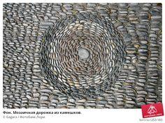 Фон. Мозаичная дорожка из камешков. © Gagara / Фотобанк Лори