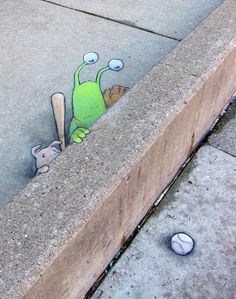 We already talked about the chalk street art by illustrator David Zinn (see here) who has fun staging his character Sluggo and all his friends in adorable adventures. Here is today a new selection of his chalk creations achieved directly on the floor and walls, playing with talent and humor with perspectives, reliefs and the elements of the street…
