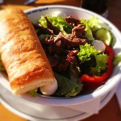 20.07.2012- 2. Hübsch und lecker? Frischer Sommersalat mit Filetstreifen und gebackenem Brot