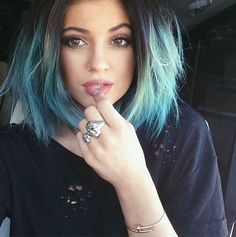 kylie jenner kardashian cheveux bleu hair fashion style instagram color coiffure teinture tie and dye style color hair