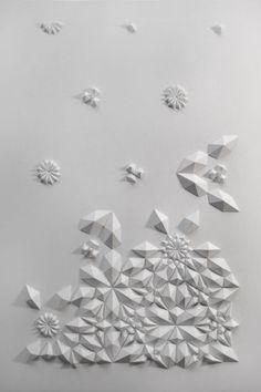 Creation by Matthew Shlian, paper engineer : Diplômé de la Cranbrook Academy, Matthew Shlian partage son temps entre l'enseignement à l'Université du Michigan où il dispense des cours d'emballage d'un nouveau genre et sa passion pour le travail du papier. Il visite cette matière pour créer mécaniquement des origamis, mais aussi pour en faire une métaphore des lois scientifiques. Se situant entre ingénierie et art, ses oeuvres sont le fruit de pliages à une échelle micro, voir nanoscopique.