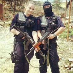 Woman in Black Again : Romanian Special Forces. Female Cop, Female Warriors, Albanian People, Romanian Women, Camo Guns, Swat Police, Hot Cops, Military Women, Special Forces