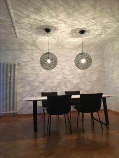 """Tisch: ligne roset """"Vilna"""" / Stuhl: ligne roset """"Calin"""" / Leuchten: Moooi """"Random Light"""""""