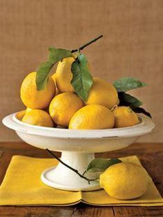 4. Non sprecate i limoniSe avete bisogno solo di qualche goccia di limone (e non volete ovviamente ricorrere a quello confezionato) non tagliatelo a metà (così si seccherebbe rapidamente e sarebbe poi da buttare) ma foratelo con uno spiedino di metallo e spremete la quantità desiderata.