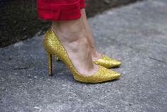 Trendsetting DIY Shoes Decoration with Gold Glitter