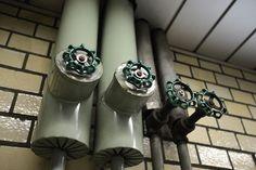 """虎ノ門駅官庁街に近く、乗降者数も多い。""""配管むき出し率""""が高く、味わい深さが漂う冷房用配管のバルブ"""
