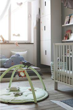 Børn bli'r stimuleret af de ting, der er omkring dem, så indret en legezone på gulvet med legetøj og bøger, der er inden for rækkevidde om dagen og nemme at sætte på plads om aftenen