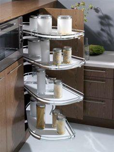 """Aprovechar el espacio para el almacenaje de todos los """"cacharros"""" que tenemos por medio, es indispensable a la hora de elegir una cocina. ¿Qué os parece este armario del que salen bandejas?"""