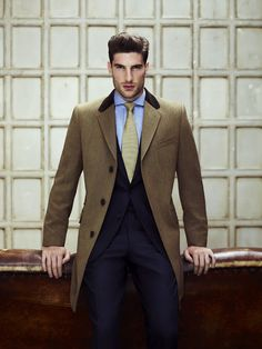 Chesterfield style of top coat. Another indication of the infusion of classic British style in clothing. Which will influence home design as well. Mode Masculine, Sharp Dressed Man, Well Dressed Men, Mens Fashion Suits, Mens Suits, Man's Overcoat, Look Fashion, Fashion Outfits, Suit And Tie