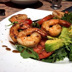 Another week has come following an incredible weekend of sun sand cold beverages and summer treats.  To get back into our healthy work week vibe we're all about salads and this Cajun Shrimp and Arugula special from @wahoosbistro_bermuda will have us feeling great in no time!  Topped with spicy shrimp tomato and avocado this is light and filling.  The view from their patio isn't bad either!  #biteofbermuda #bermuda #bermudafood #bermudaeats  #lunch #salad #shrimp #cajun #arugula #avocado…