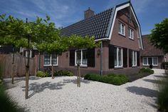 #voortuin #dakplatanen #buxuswolken #lavendel #grind #poort #siergrassen #laren #centrum. Onderhoudsvrije tuin   Heart for Gardens.