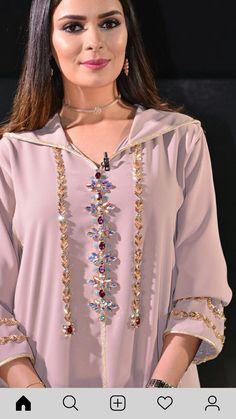 Jlaba Modern Hijab Fashion, Abaya Fashion, Muslim Fashion, Fashion Dresses, Morrocan Dress, Moroccan Caftan, Mode Abaya, Kurti Embroidery Design, Cute Girl Dresses