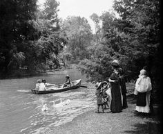 """Mexican aristocratic family at Chapultepec Lake circa 1914  Image: Col. Ricardo Espinosa en """"Otra revolución: fotografías de la Ciudad de México, 1910-1918"""