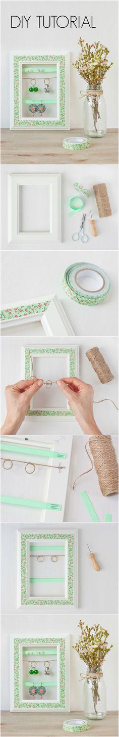 DIY tutorial para reciclar un marco de fotos y convertirlo en un práctico y decorativo cuelga-pendientes. http://bit.ly/1sP6EdQ
