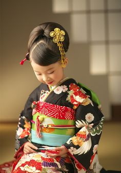 七五三の撮影なら茨城県水戸市、つくば市にある、創業明治25年の老舗写真館(株)小貫写真館パセオヌエボへ。衣装レンタル、着物、ドレス、着付け、ヘアメイクもプロにお任せください。七五三の家族写真、兄弟写真も人気です。 Traditional Japanese Kimono, Japanese Geisha, Traditional Fashion, Japanese Models, Japanese Festival, Kimono Japan, Japanese Costume, Wedding Kimono, Women Church Suits