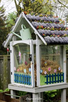 Living green roof made from shoebags and annual flowers Diy Greenhouse Plans, Window Greenhouse, Build A Greenhouse, Outdoor Greenhouse, Greenhouse Gardening, Greenhouse Growing, Wedding Pergola, Greenhouse Wedding, Pergola Shade