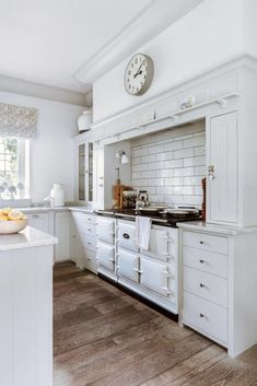 When the current owners viewed this eighteenth-century former rectory in Oxfordshire, it was love at first sight and with the help of decorator Emma Sims-Hilditch they have made the interiors their own. Plain English Kitchen, English Kitchens, Georgian Interiors, Georgian Homes, House Interiors, Georgian Kitchen, Engineered Oak Flooring, Country House Design, English House