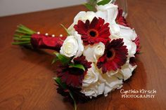 Would go great with a red, white, & blue wedding. Love the daisies