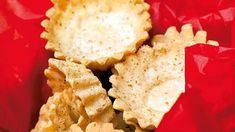 Dette er blant mange julekakebakere den berømte sandkakeoppskriften til Ingrid Espelig Hovig. Med denne oppskriften er det garantert at sandkakene pent og pyntelig sklir ut av formene. Marit Røttingsnes Westlie bruker litt mer malte mandler enn det som står i Ingrid Espelid Hovigs oppskrift. Norwegian Christmas, Norwegian Food, Christmas Time, Xmas, Malta, Cornbread, Cheese, Dinner, Ethnic Recipes
