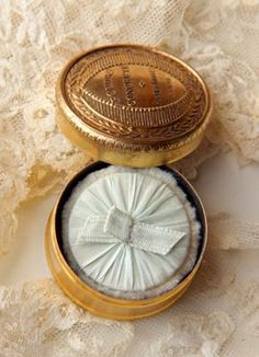 Ana Rosa-powder box for bath powder or jewelry, gold or silver leaf Vintage Makeup, Vintage Vanity, Vintage Beauty, Vintage Tins, Vintage Decor, Boudoir, La Petite Boutique, Powder Puff, Face Powder